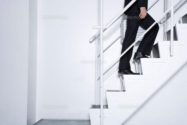 階段を上るビジネスマンの足元[1...