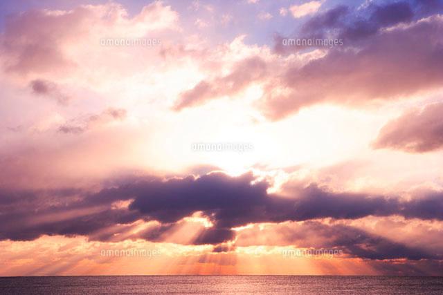 雲間から射す光と海[10165000161...