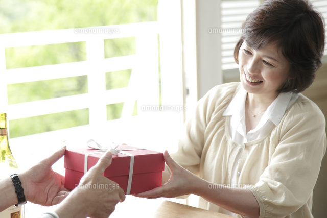 プレゼントを受け取るミドル女性...