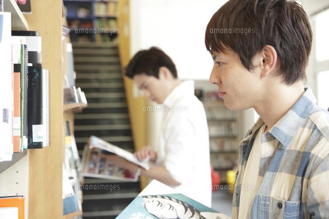 図書室で本を物色する大学生[101...