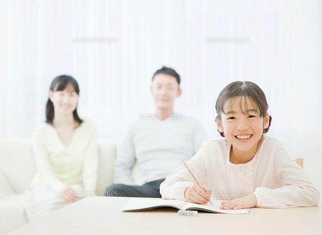 リビングで勉強する子供とソファ...