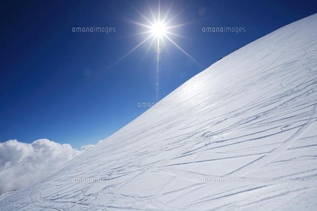 積雪のマウナケア山とスキーのシ...