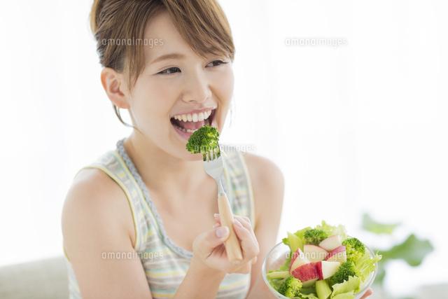 サラダを食べる笑顔の女性[10367...