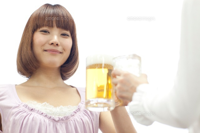 ビールを持つ若い女性