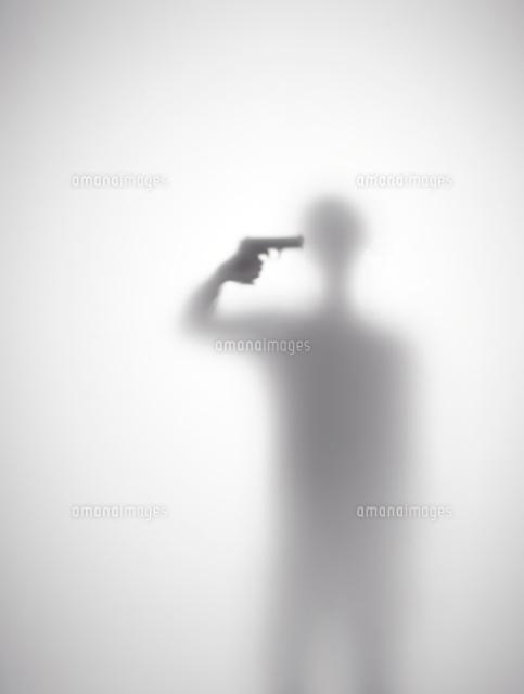 自殺しようとしている男性のシルエット