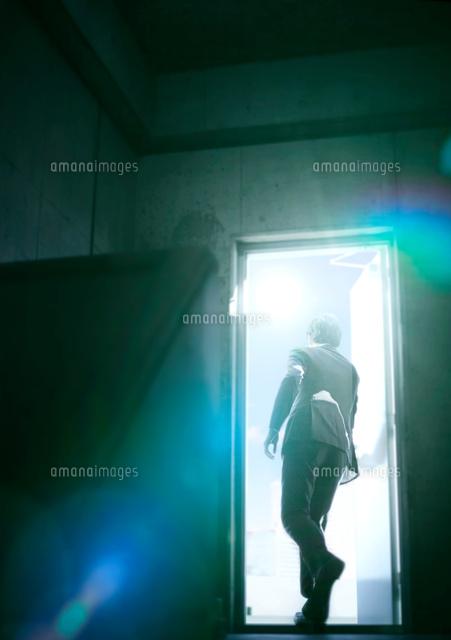 ドアを開ける男性10387003424の写真素材イラスト素材アマナイメージズ