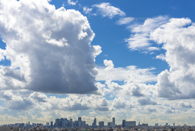 新宿高層ビル群の上空に沸き立つ...
