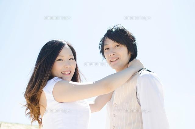 男性の肩に手を回すウェディングカップル[10568000038]の写真素材 ...
