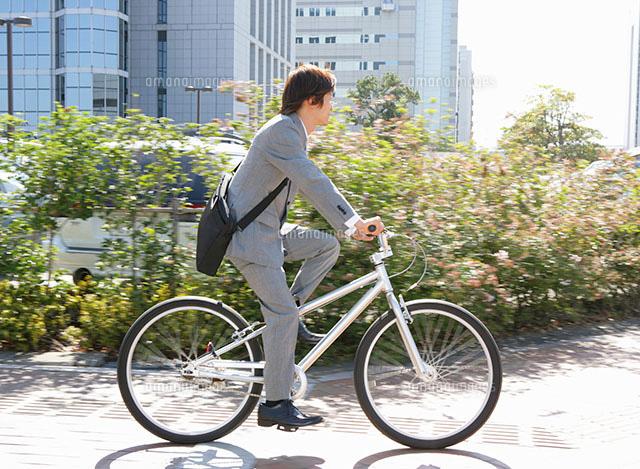 自転車に乗っている日本人ビジネスマン[11004024842]| 写真素材 ...
