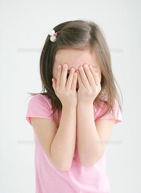 手の平で顔を覆う女の子[1100402...