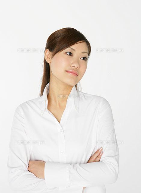 白いシャツの女性[11004078599]...