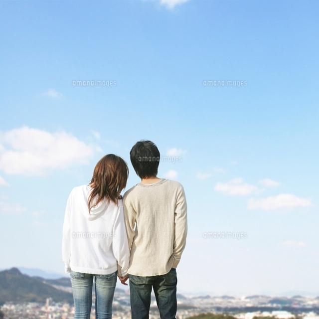 寄り添うカップルの後ろ姿(c)BLOOM image