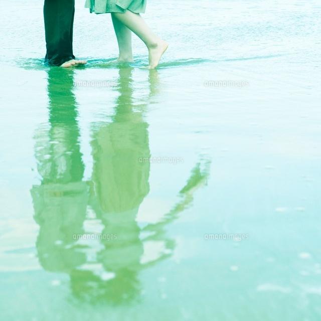 水に映るカップルと足元[1100409...