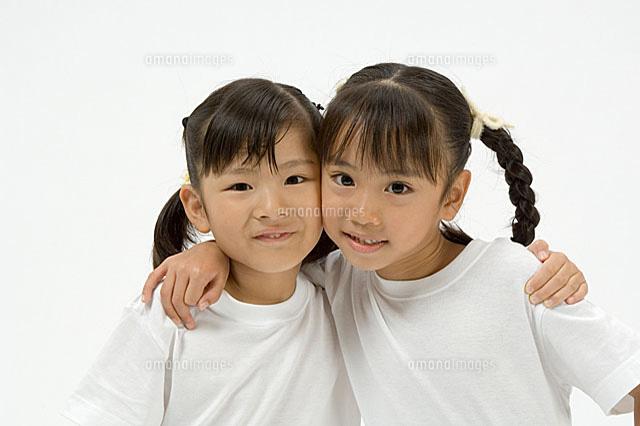 肩を組む2人の小学生の女の子[11014008610]| 写真素材・ストック ...