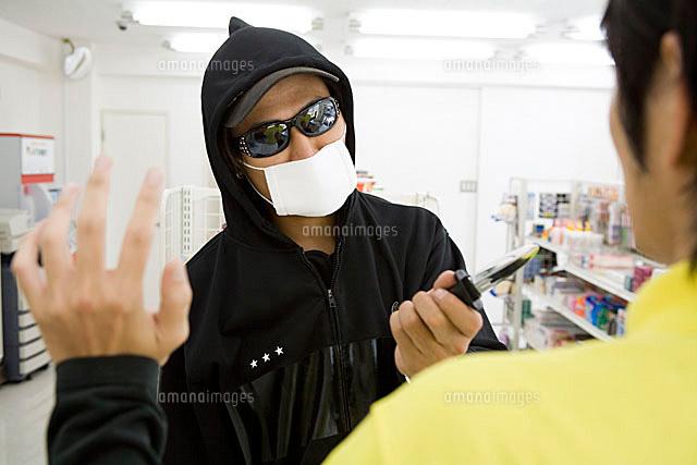 男性店員にナイフを突きつけるコ...