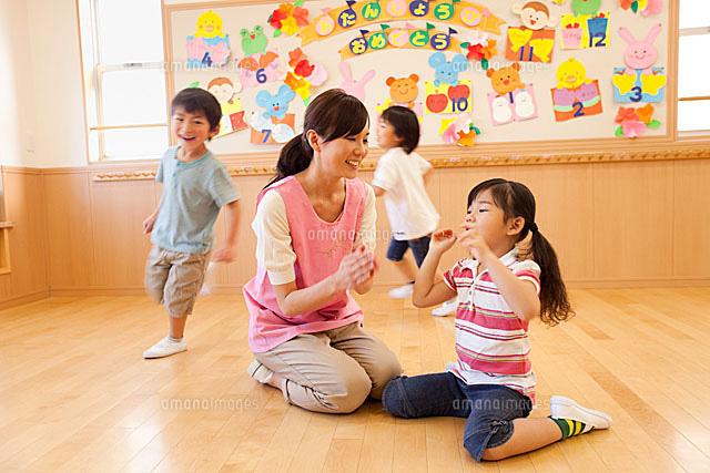 保育所内で遊ぶ子供達と保育士[1...
