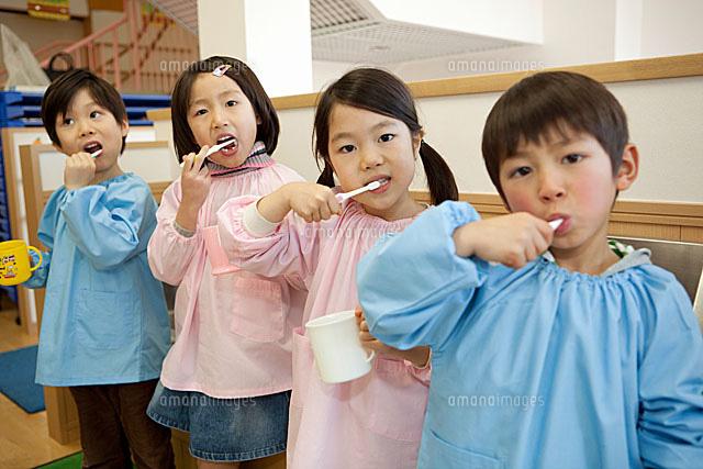 並んで歯を磨く幼稚園児4人[1101...