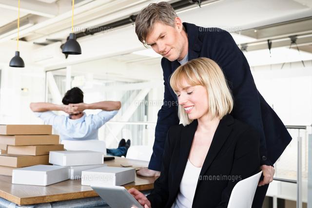colleagues in office using digital tablet 11015296929 写真素材