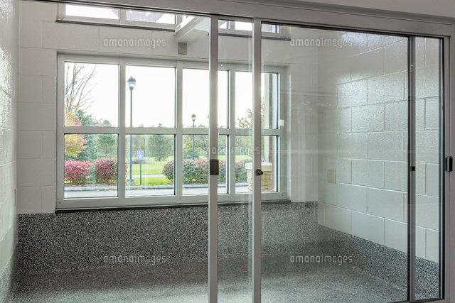 glass doors to holding area in animal shelter 11018046514 写真