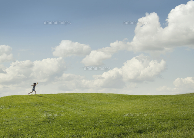 girl running in rural landscape 11018082791 写真素材 ストック