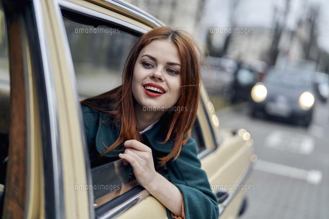 smiling caucasian woman in back seat of car 11018096523 写真素材