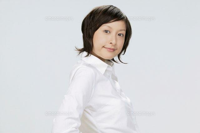 白いシャツを着た女性[110190058...