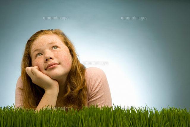 girl thinking in grass 11029010415 写真素材 ストックフォト 画像