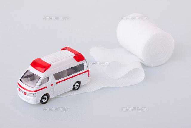 救急車のミニカーと包帯[11031047893]  写真素材・ストックフォト ...