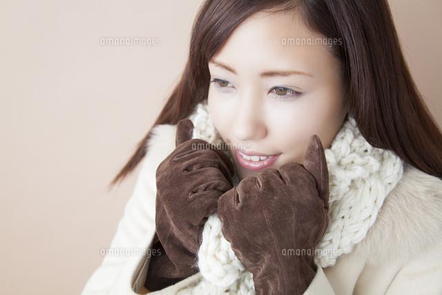 手袋をはめて寒がる女性[1103108...
