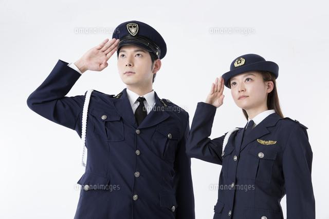 敬礼をする警察官[11031092003]...