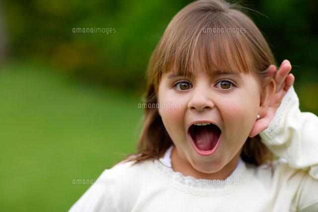 耳を澄ます白人の女の子[1103800...