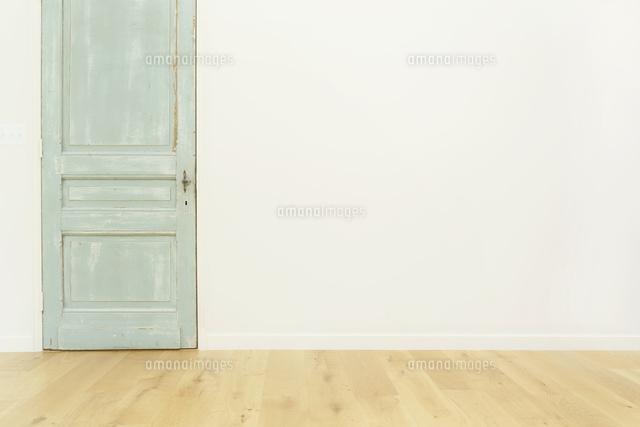 アンティークの扉がある部屋の合成向け背景素材11038022638の写真素材