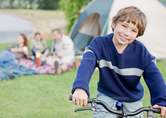 boy on bicycle while on family camping trip 11055009515 写真素材