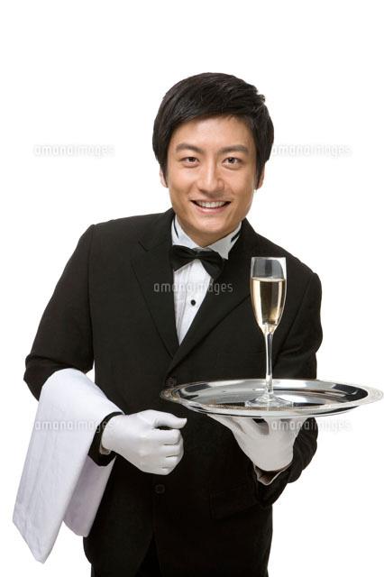シャンパンを運ぶウェイター[110...