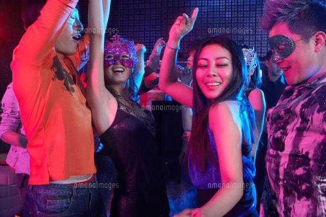 クラブで踊る若者[11069005330]...