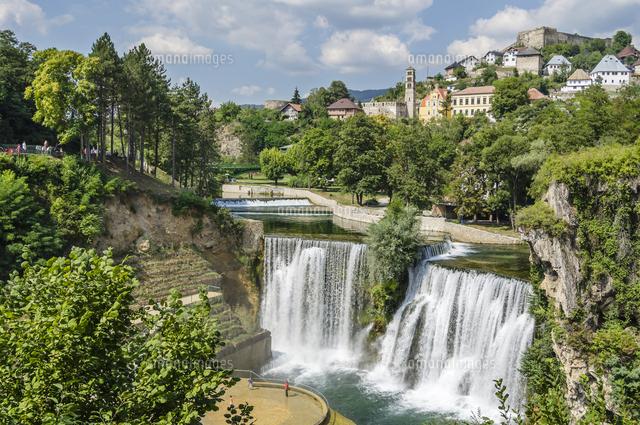 ヤイツェの街と滝[11069013055]...