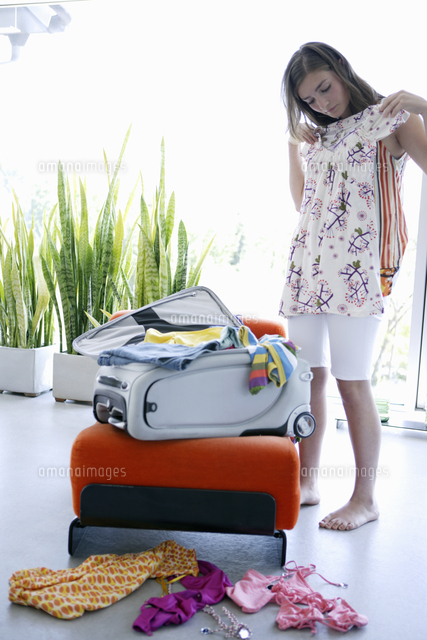 teenage girl packing for vacation 11080025498 写真素材 ストック