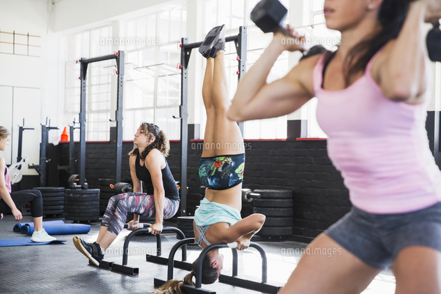 young women working out in gym 11086037089 写真素材 ストック