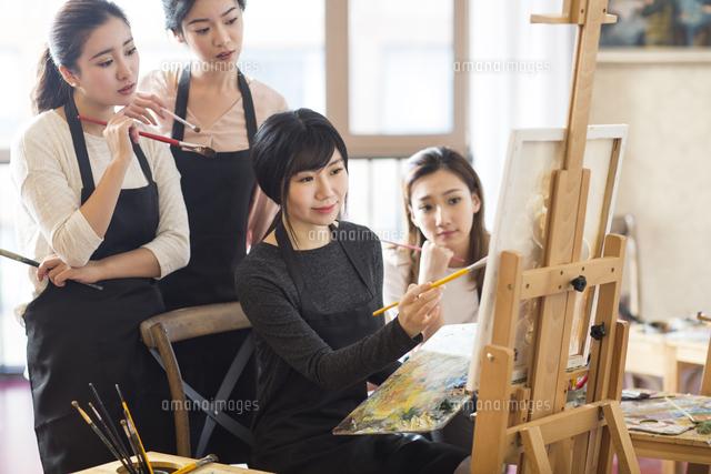 art teacher with young women in studio 11091028877 写真素材