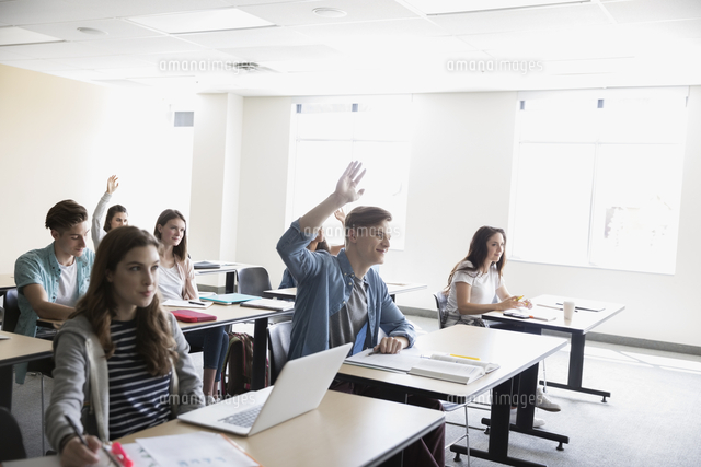 college students asking a question in classroom 11096053639 写真