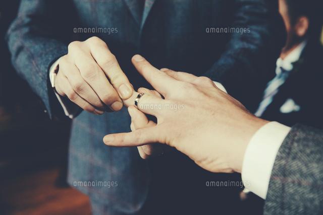 作品番号:11115000379 作品タイトル:Gay Men Exchanging Rings At Wedding Ceremony