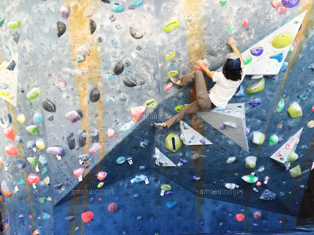 作品番号:11115001818 作品タイトル:Rear View Of Man Climbing Wall
