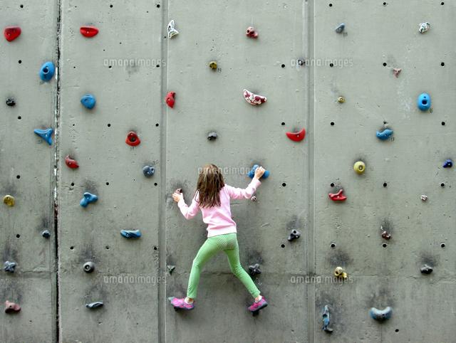 作品番号:11115002102 作品タイトル:Rear View Of Girl Climbing Wall