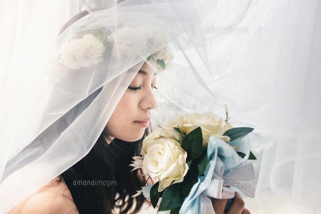 作品番号:11115003015 作品タイトル:Close-up Of Bride Smelling Flower Bouquet