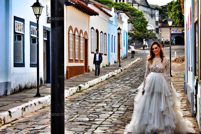 作品番号:11115003555 作品タイトル:Bride Walking On Street