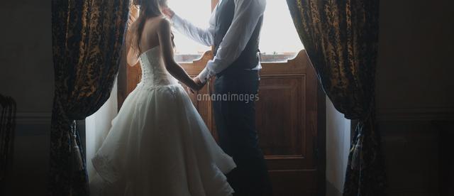 作品番号:11115004657 作品タイトル:Low Section Of Bride And Groom Standing By Closed Door At Home