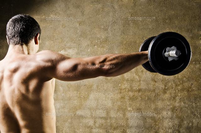 作品番号:11115010043 作品タイトル:Rear View Of Man Lifting Weight
