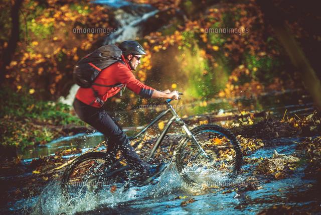 作品番号:11115010448 作品タイトル:Man Riding Bicycle Over Water