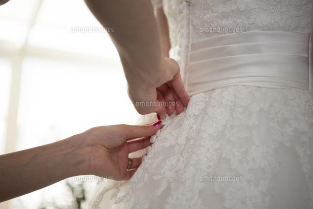 作品番号:11115010692 作品タイトル:Midsection Of Woman In Wedding Dress