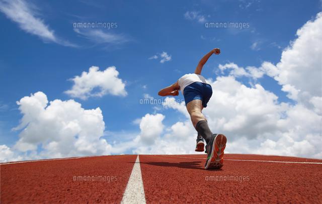 作品番号:11115011410 作品タイトル:Low Angle View Of Man Running Against Blue Sky